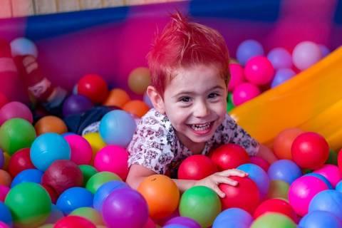 Partizip Präsens ein spielendes Kind